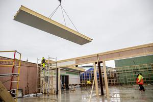 En del av taket lyft på vid bygget av den nya bilhallen.