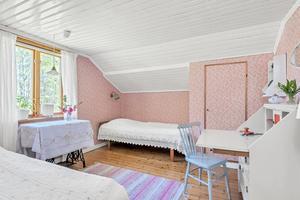Ett av husets tre sovrum. Foto: Mäklarringen