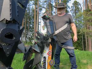 Konstnären Kent Wahlbeck svartsprejar sina trädgårdsskulpturer som han kallar
