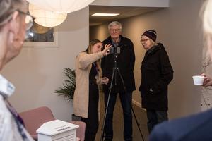 Emma Larsson visar Birgit och Ingemar Jansson hur en livesändning går till.
