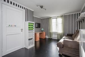Klassiskt svart- och vitrandigt i ett av barnrummen. Foto: Marijo Grgic/ Bostadsfotograferna
