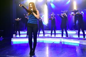 Elin Wik sjöng Collide av James Bay uppbackad av dansare.