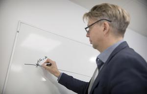"""""""Det börjar med en affärsidé, säger Eric Edung, men ångrar sig: """"Nej, det börjar med frustration"""", säger han och ritar upp utvecklingsprocessen på tavlan."""