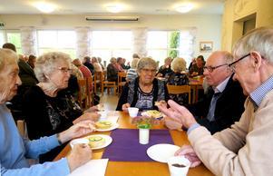 Karin, Margit, Ulla, Björn och Karl Erik fikade tillsammans på Seniormässan.
