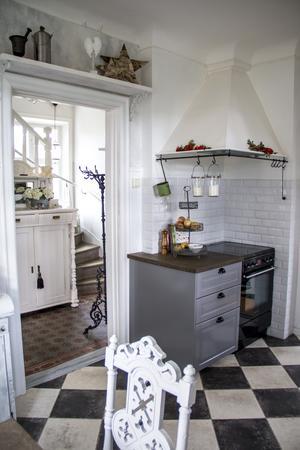 Vedspisen var borta redan när paret Larsson tog över huset, men spiskåpan fanns kvar.