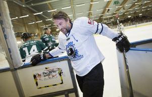 Peter Forsberg i Valbo med Icebreakers som spelar in pengar till Hockeyproffsens stiftelse i Västernorrland.  Stiftelsen skänker sedermera pengar och andra bidrag till sjuka och handikappade barn och ungdomar i regionen.