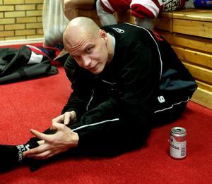 4 mars 2003, slutspelet var i gång och Kalle Koskinen gjorde vad han kunde för att hålla kroppen fräsch. Bild: Sören Walldin