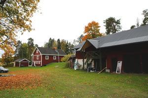 Det röda huset till vänster är Per-Olofs barndomshem och där bor hans föräldrar fortfarande. Per-Olofs hus står till vänster om det huset (syns ej på bilden). Ladan till höger har en varmbonad del där Per-Olof sover medan han jobbar på huset.