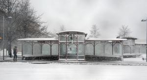 Skolorna var inte det enda som fick ge vika för snöovädret. All busstrafik i länet och all tågtrafik på linjen Sundsvall-Umeå ställdes in. Under torsdagskvällen stängde dessutom Sundsvall-Timrå Airport helt, efter att flera flyg hade ställts in under dagen.