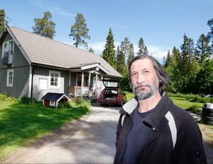 """""""Visst har jag stökigt på gården, men det beror på att jag har svårt att röra mig sedan tre kotor i ryggen krossades vid en fallolycka för sex år sedan"""", säger Mats-Olov Sparrman från Nysved i Orrviken."""