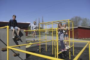 Vanstaskolan har fått en ny skolgård med klätterställning, gungor och studsmattor på mjukt underlag. Enligt lärare på skolan har lekplatsen nästan blivit för populär. Foto: Gunnar Jacobsson