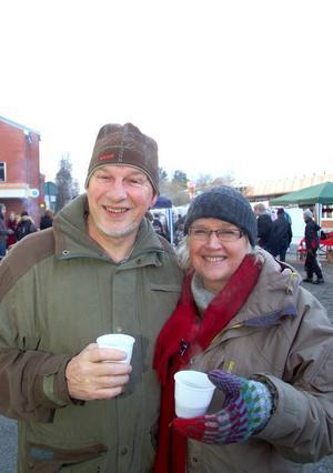 Ronald och Gunhild Ragnvaldsson var glad över att det hade satsats på en julmarknad i Strömsund.