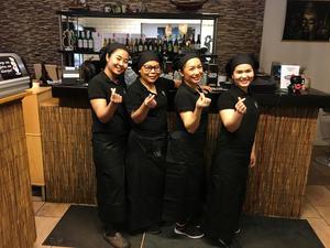 Chamlong och hennes anställda öppnar Chamlongs sushi, rice and Noodles i början på februari. Foto: Privat