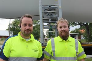 Jan-Ove Hamar och Rasmus Nilsson från Toys Transporter ansvarar för att transporten av vingen.