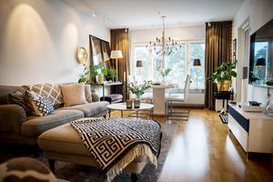 Vardagsrummet är en plats för mat och umgänge. En stor matta ramar in sofforna.