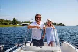 Johan Keijser tillsammans med dottern Alva på deras båt i Juniskär.