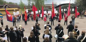 En blåsorkester spelade Internationalen framför de demonstrerande i Avesta.