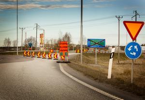 Trafiken som kommer österifrån på E20 kan inte svänga upp mot E18 och trafikplats Gräsnäs, utan tvingas köra gamla vägen mot Örebro. Likaså blir det en lång omväg för lokaltrafiken som ska ta sig över till norra sidan av Arbogaån.