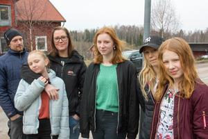 Det bor flera familjer Nonnen i Västervåla, som alla fick evakueras under skogsbranden 2014. Här är Andreas och Nettan Nonnen med döttrarna Amanda och Isabelle samt Caroline Nonnen med dottern Fanny. Sammanhållningen mellan familjerna har stärkts av de gemensamma erfarenheterna.