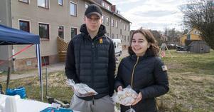 Adam Westergren och Luci Ramdhanie sålde fikabröd som elever och deras föräldrar bakat till försäljning. Pengarna ska gå till Kung Karls årskurs niors Spanienresa. – Det var jobbigt att baka kärleksmums, men inte så svårt, säger Adam.