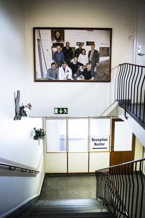 I trapphuset hänger ett gammalt foto av personalen tillsammans med Kopparbergs VD Peter Bronsman.