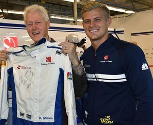 Bill Clinton fick en signerat racingoverall av Marcus. Bild: Sauber Motorsport