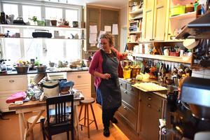 Tini Björs flänger runt i köket då det vankas en födelsedag. I vandrarhemmet bedriver de nämligen också catering.
