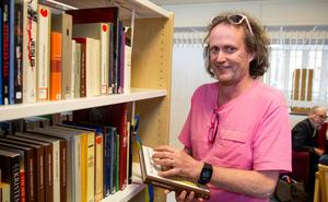 Henrik Lindqvist, en mycket nöjd bibliotekarie.
