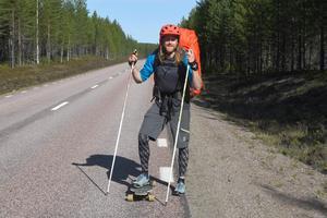 Sliten asfalt är vad Erik Sander önskar och helst inte motvind och regn. Men Eriks resa handlar om kombinationen  äventyr och nytta.http://www.sandersadventures.se/