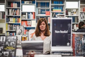 Evelina Honyak är inköpsansvarig för Fotografiska Butiken och köper årligen in ett tusental fotoböcker till Nordens största fotomuseum. Bild: Ola Jacobsen