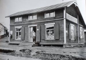 I Järpen började den kooperativa verksamheten med delning av livsmedel från järnvägsvagn. Snabbt startade man egen butik. Här butiken på Skansvägen 52 i Järpen före år 1915. I dörröppningen chefen Levin Andersson. Han blev chef för Östersundsförening 1915-1928. Därefter vidare till tjänst i KF. FOTO: UR KONSUMS FOTOALBUM.