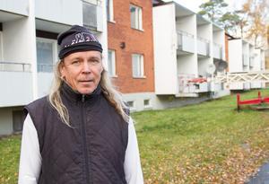 Enligt fastighetsägaren Pauli Väisänen var det en strulande pelletspanna och svårigheter att få tag på någon som kunde laga denna under de röda dagarna som gjorde att problemet fanns kvar under några dagar.