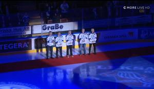 Övriga som har tröjan i taket var på plats, och välkomnade Niklas Eriksson ut på isen. Bild: Skärmdump C More.