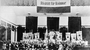 Landsföreningen för kvinnans politiska rösträtt (LKPR) har segermöte i mars 1921 i Musikaliska akademien med högtidstal av Ellen Key. Palmer, blommor och standar från hela landet smyckar lokalen. Foto: Pressens Bild / TT