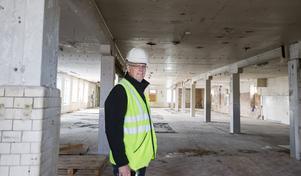 Ulf Galvefors på Gavlegårdarna visar runt i hallarna där det gjordes sötsaker ända in på 1990-talet. Kaklet på pelaren är i original.