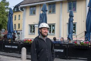 John Bister från ett Norrköpingsföretag utför arbetet.
