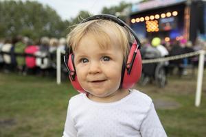 Majken Bengtsson skyddar öronen medan hon leker under konserten.