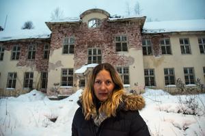 Psykologen Helena Kubicek Boye har skrivit en thriller som utspelar sig på Säters sjukhus. Nu kommer hon till stan för att träffa läsare.