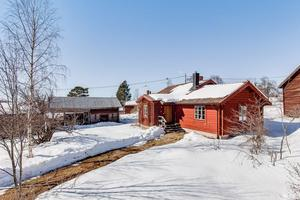 I genuin dalamiljö i Östibjörken ligger detta timmerhus med anor och med närhet till kultur, rekreation, naturupplevelser och sport. Foto: Länsförsäkringar Fastighetsförmedling