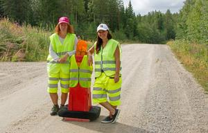 Strax utanför Finneby står Joanna Palm Josefsson och Leena Brunner Palm och spärrar vägen.