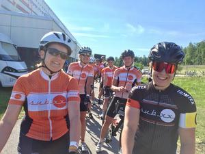 Jessica Ylvén och Ulrika Kaborn i täten för cykelklubben SubXX klunga precis före start.