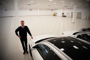 Sundströms bils vd Fredrik Sundström gläder sig över en dubbelt så stor och bättre utställningslokal i Fiskja. Allt gammalt har rivits  ut och byggts om.