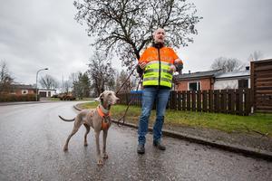 Mattias Wide med hunden Tanjas, som faktiskt är polisanställd, på  platsen där rådjuret blev påkört. Alldeles intill Mattias egen tomt på Strömstaregatan i Västra Oxhagen.