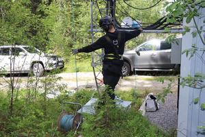 Säkerheten är väldigt viktig när man klättrar i master. Här står Axel från Westél i