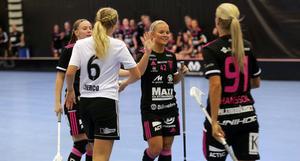Lovisa Stenberg tackar Ingela Hansson för ännu en assist efter att ha gjort 6–1 mot Bele Barkarby.