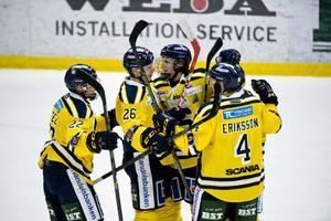 Anton Holm (26) stod för två mål i premiären i Hockeyettan 2015.