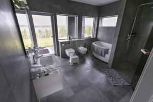 Badrummet har milsvid utsikt över Storsjön.