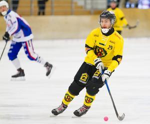 Koll på bollen. Alex Adeheimer har tagit en ordnarie tröja i ÖSK i år, och gjort sig rejält förtjänt av den som vänsterhalv. Bild: Lennart Eriksson