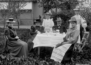 1900 cirka. Kaffebjudning hos familjen Nilsson vid huset Siesta, Hovstavägen Örebro.  Bildkälla: Örebro stadsarkiv/fotograf okänd.