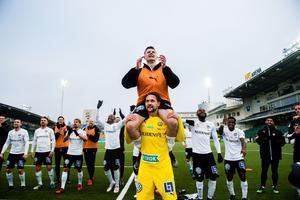 Jake Larsson bärs på Oscar Janssons axlar framför ÖSK-supportrarna. Foto: Bildbyrån
